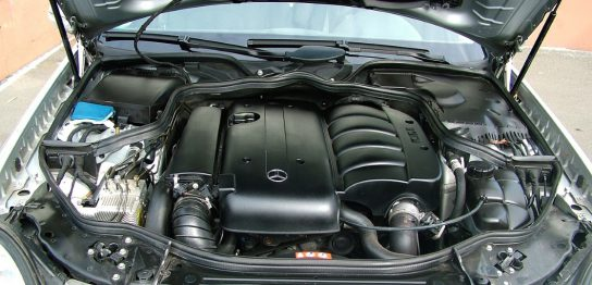 車のエンジンルームの穴位置計測イメージ画像